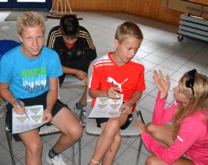 Trainerin erklärt Teilnehmern Ernährungspyramide